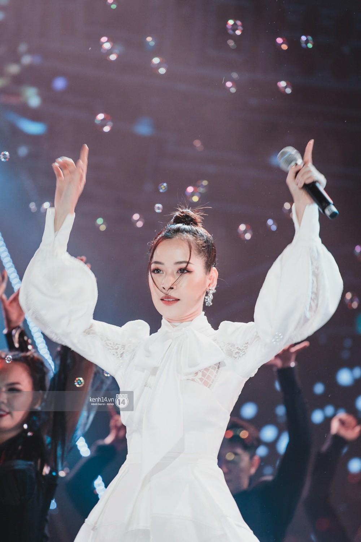 Chùm ảnh đẹp nhất trong show Hàn-Việt: WINNER, Jung Hae In, Noo Phước Thịnh cùng dàn nghệ sĩ Việt để lại chuỗi cảm xúc vỡ òa - Ảnh 12.
