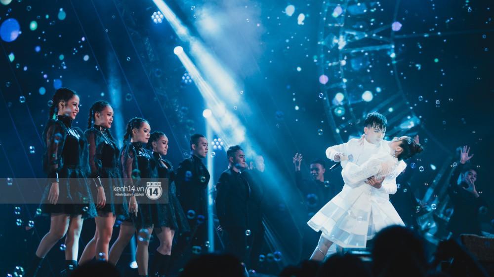 Chùm ảnh đẹp nhất trong show Hàn-Việt: WINNER, Jung Hae In, Noo Phước Thịnh cùng dàn nghệ sĩ Việt để lại chuỗi cảm xúc vỡ òa - Ảnh 10.