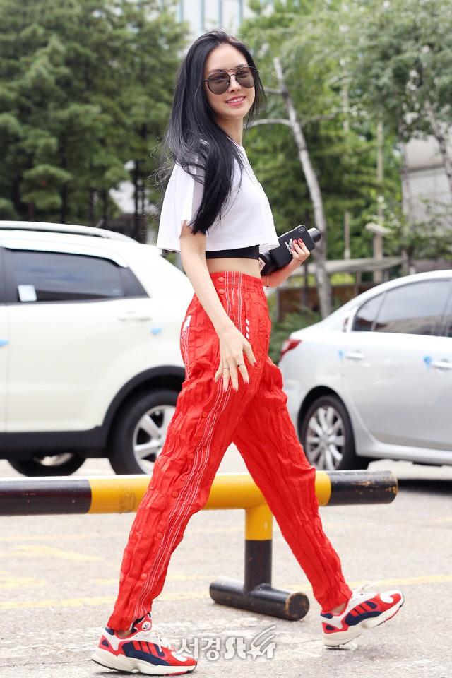 Nữ hoàng legging Naeun diện một chiếc quần lạ ra phố, netizen liền hỏi: Thịt cua hay Ớt khô đây? - Ảnh 2.