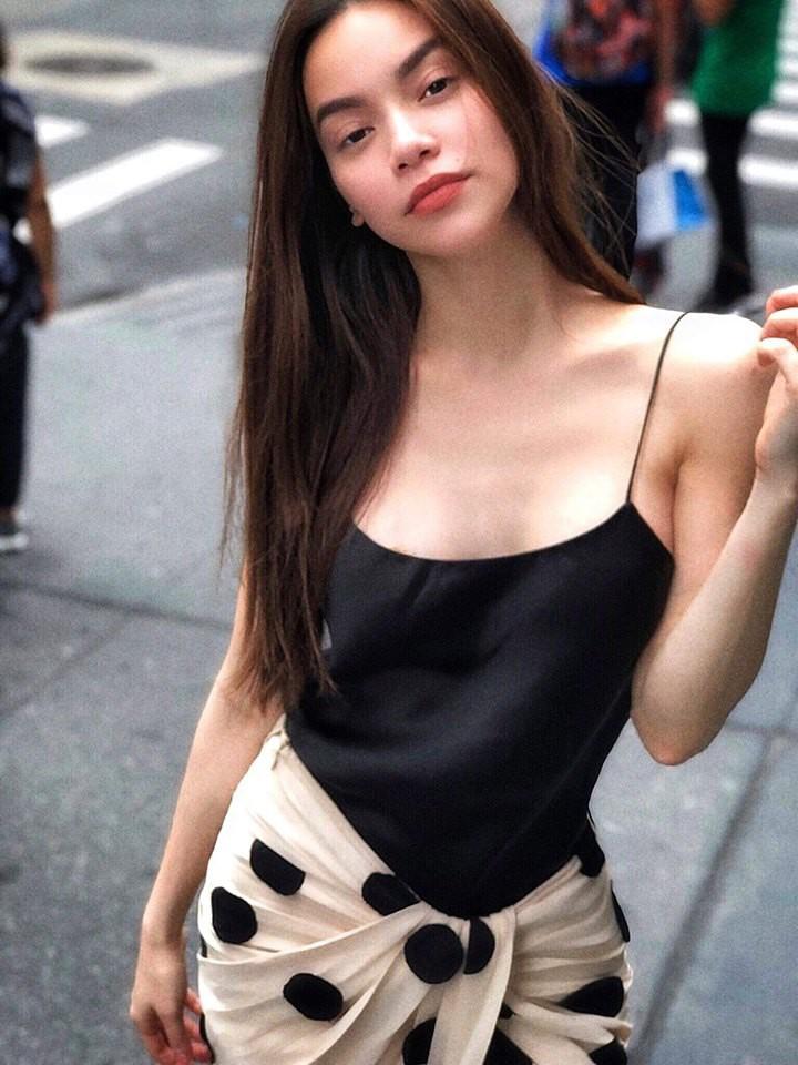 Diện váy hàng hiệu nhưng nhiều người lại tưởng Hà Hồ quấn khăn ra đường - Ảnh 2.