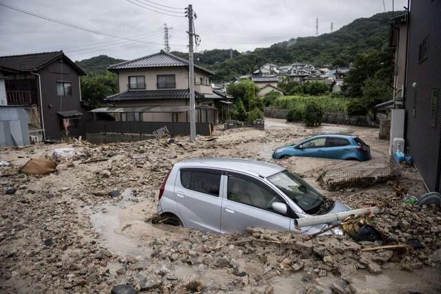 Khung cảnh hoang tàn sau trận mưa lũ lịch sử ở Nhật Bản - Ảnh 1.