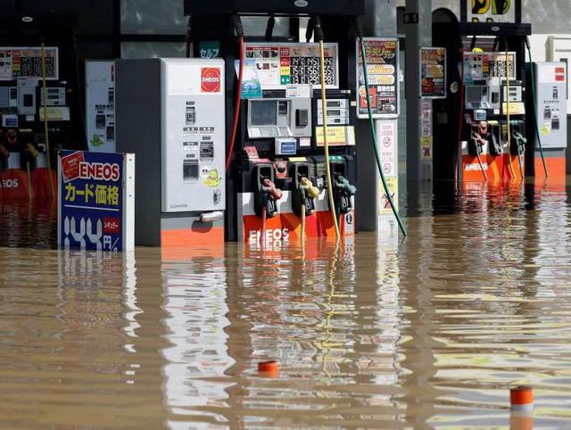 Khung cảnh hoang tàn sau trận mưa lũ lịch sử ở Nhật Bản - Ảnh 2.