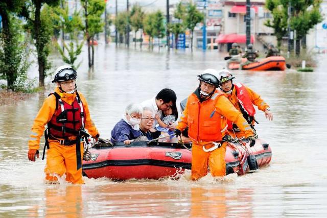 Khung cảnh hoang tàn sau trận mưa lũ lịch sử ở Nhật Bản - Ảnh 3.
