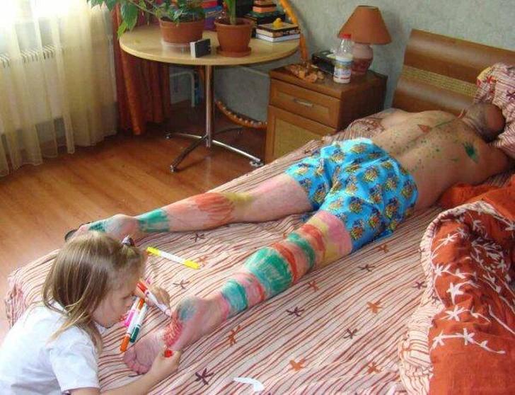 20 bức ảnh cho thấy khi trẻ con đã quậy thì bố mẹ chỉ biết than trời mà thôi - Ảnh 4.
