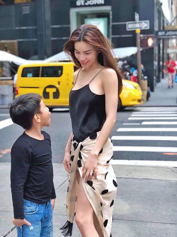 Diện váy hàng hiệu nhưng nhiều người lại tưởng Hà Hồ quấn khăn ra đường - Ảnh 4.