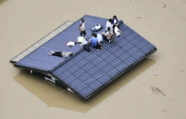 Khung cảnh hoang tàn sau trận mưa lũ lịch sử ở Nhật Bản - Ảnh 7.