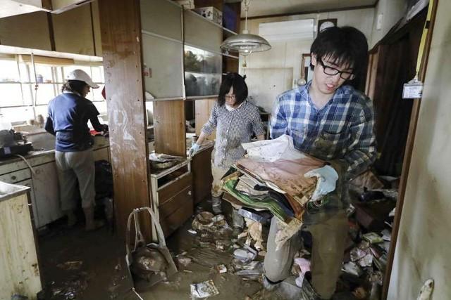 Khung cảnh hoang tàn sau trận mưa lũ lịch sử ở Nhật Bản - Ảnh 8.