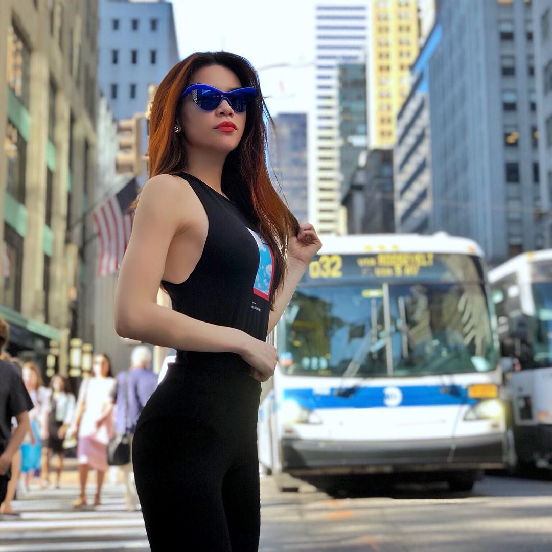 Diện váy hàng hiệu nhưng nhiều người lại tưởng Hà Hồ quấn khăn ra đường - Ảnh 9.