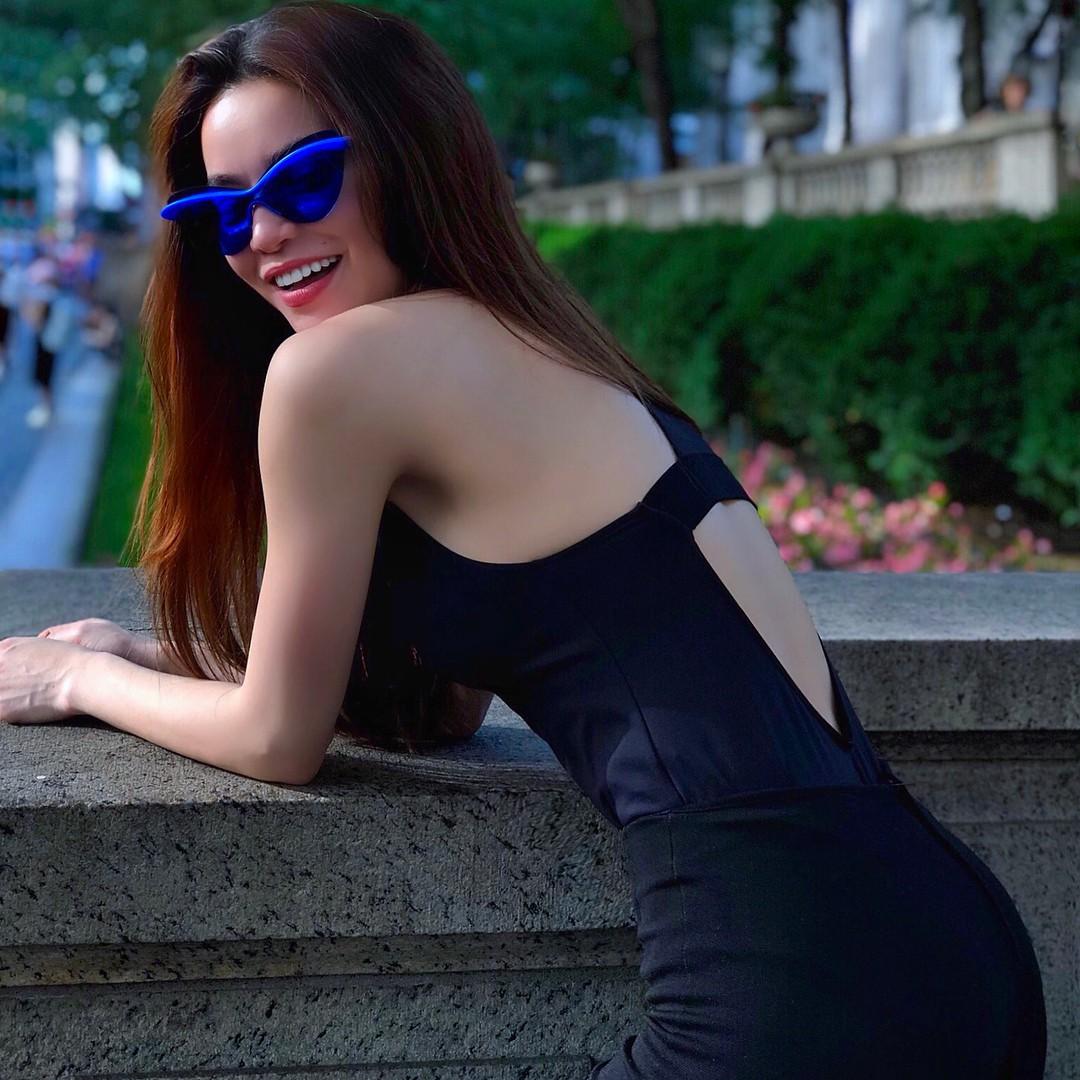 Diện váy hàng hiệu nhưng nhiều người lại tưởng Hà Hồ quấn khăn ra đường - Ảnh 10.