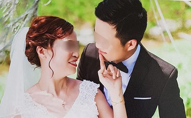Cô dâu 61 tuổi ở Cao Bằng kể về bức ảnh chú rể quỳ gối bên bó hoa mua tím - Ảnh 1.