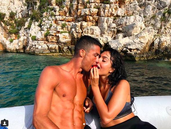Giữa tin đồn sang Juventus, Ronaldo đi biển nghỉ mát cùng bạn gái xinh đẹp - Ảnh 1.