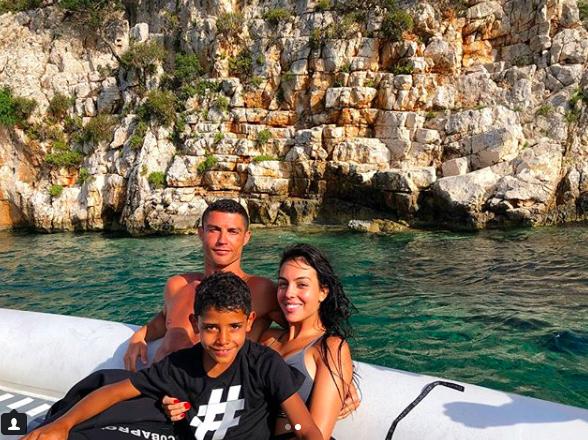 Giữa tin đồn sang Juventus, Ronaldo đi biển nghỉ mát cùng bạn gái xinh đẹp - Ảnh 2.