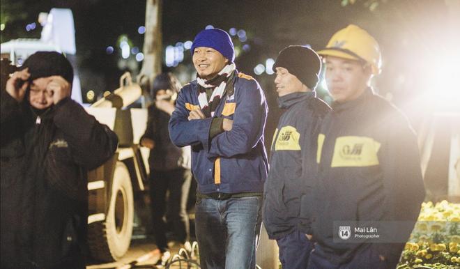 Chùm ảnh: Hà Nội giá rét 10 độ, một chiếc thùng carton hay manh áo mưa cũng khiến người lao động nghèo ấm hơn - Ảnh 24.