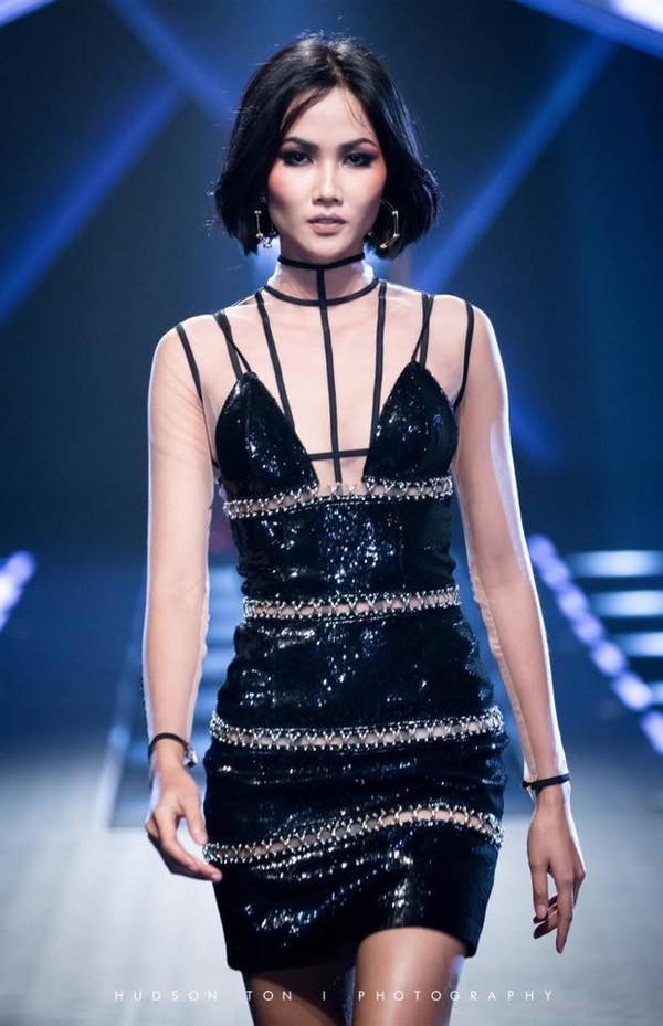Trước khi đăng quang Hoa hậu, HHen Niê đã là một người mẫu sáng giá với những khoảnh khắc catwalk xuất thần như thế này đây - Ảnh 7.