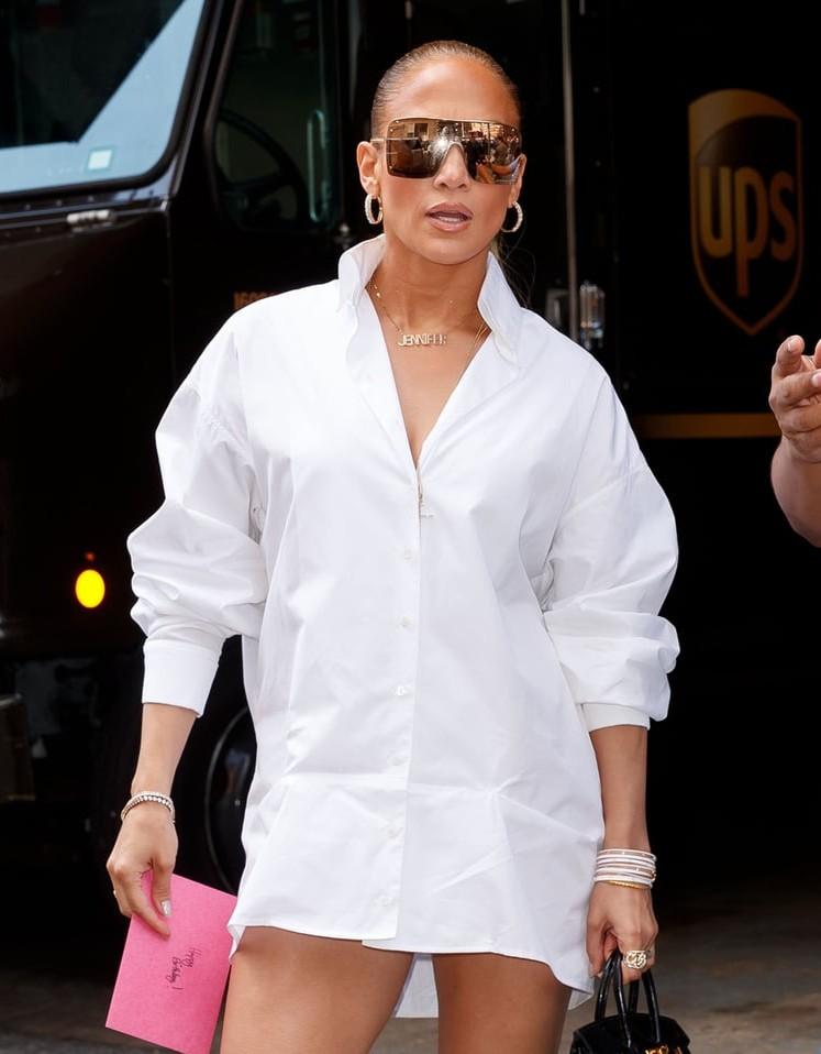 Thoạt nhìn, ai cũng tưởng Jennifer Lopez bị tụt quần trên phố nhưng hóa ra sự thật lại là... - Ảnh 2.