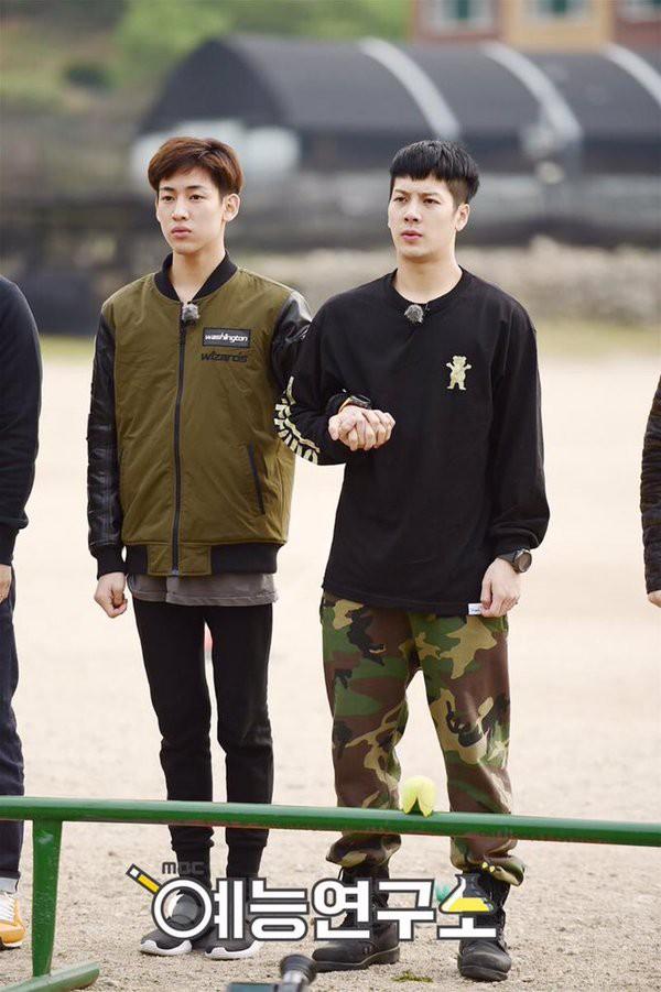 Không chỉ sao nữ, dàn Idol nam Hàn Quốc cũng lộ mặt mộc nhợt nhạt, lấm tấm mụn khi đi nhập ngũ - Ảnh 5.