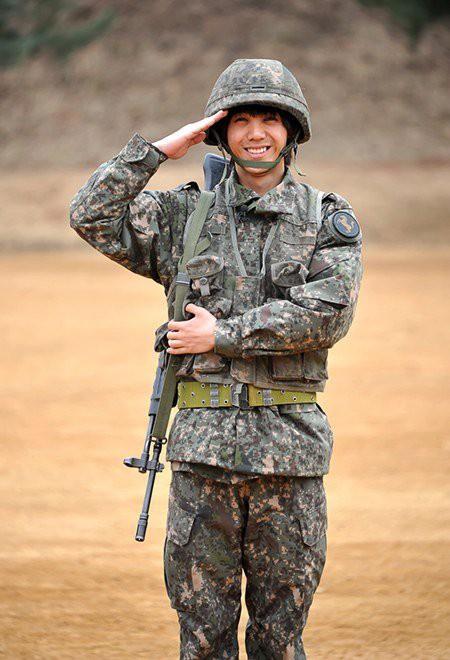 Không chỉ sao nữ, dàn Idol nam Hàn Quốc cũng lộ mặt mộc nhợt nhạt, lấm tấm mụn khi đi nhập ngũ - Ảnh 17.
