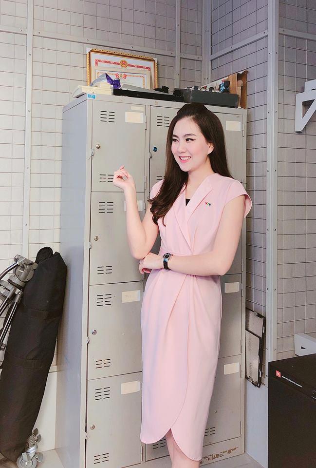"""Không cần xem """"thư ký Kim"""", bạn có thể học ngay cô gái thời tiết Mai Ngọc cách diện đồ công sở đẹp miễn chê - Ảnh 1."""
