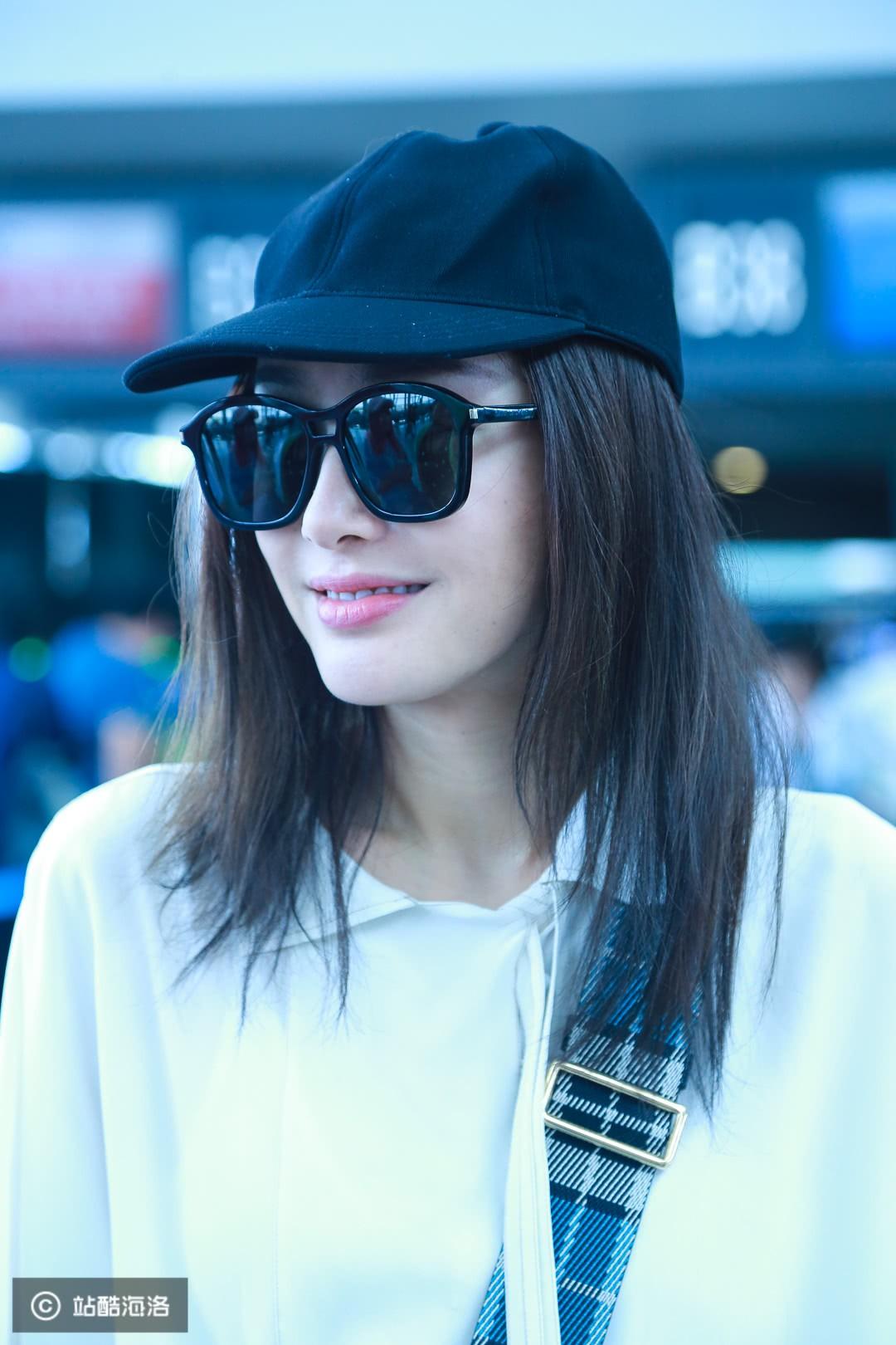Xuất hiện ở sân bay, Hoàng hậu Tần Lam bị soi nhan sắc đời thường không lung linh như phim - Ảnh 3.