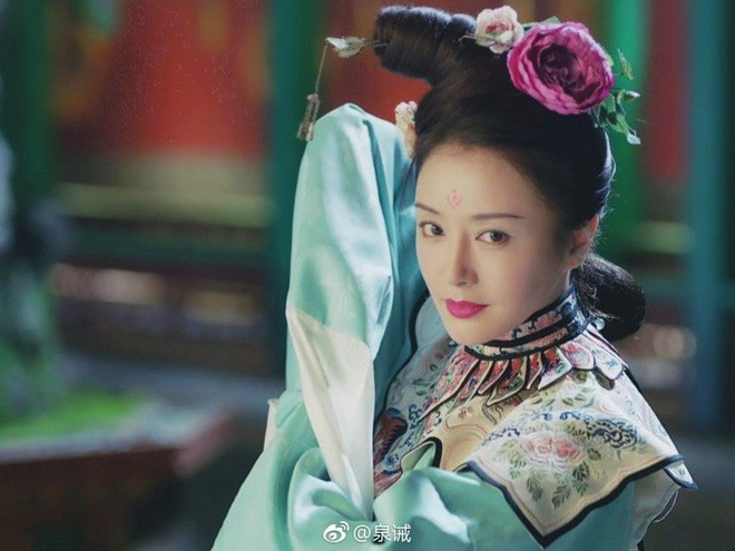 Xuất hiện ở sân bay, Hoàng hậu Tần Lam bị soi nhan sắc đời thường không lung linh như phim - Ảnh 2.