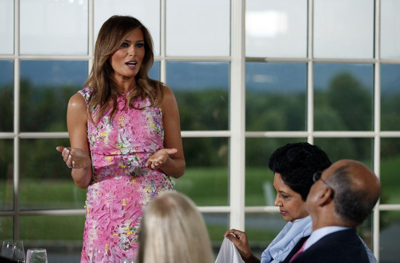 Đệ nhất phu nhân Mỹ và con chồng cùng diện váy hoa nhưng một người chơi lớn chọn váy đắt hơn hẳn 4 lần, bạn có đoán ra ai không? - Ảnh 2.