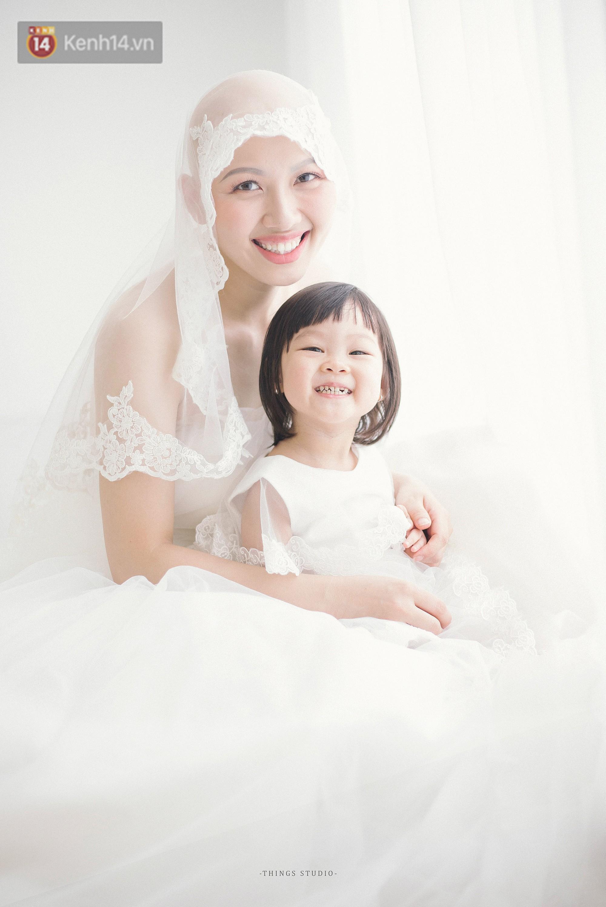 Bộ ảnh mẹ không có tóc bên con gái nhỏ đầy xúc động: Mình đã từng nghĩ không sống nổi với hình hài này - Ảnh 1.
