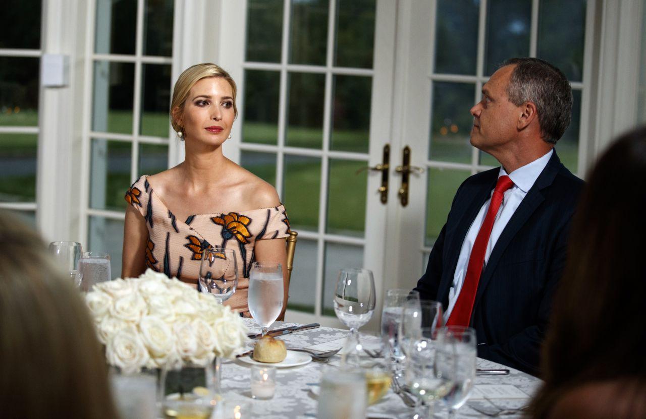 Đệ nhất phu nhân Mỹ và con chồng cùng diện váy hoa nhưng một người chơi lớn chọn váy đắt hơn hẳn 4 lần, bạn có đoán ra ai không? - Ảnh 1.