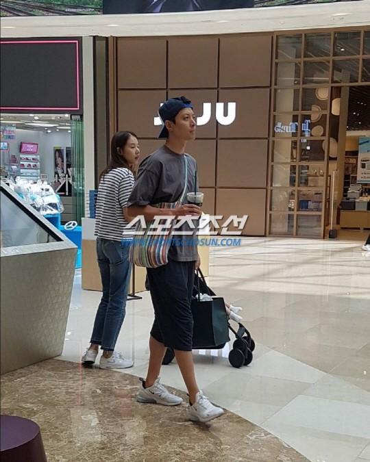 1 năm sau cưới, cặp đôi Lee Dong Gun và Jo Yoon Hee cuối cùng đã lộ diện bên con đầu lòng - Ảnh 1.
