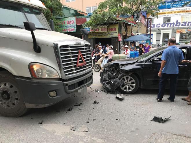 Hà Nội: Xế hộp Camry nát đầu sau nụ hôn bất chợt giữa phố với xe đầu kéo - Ảnh 1.