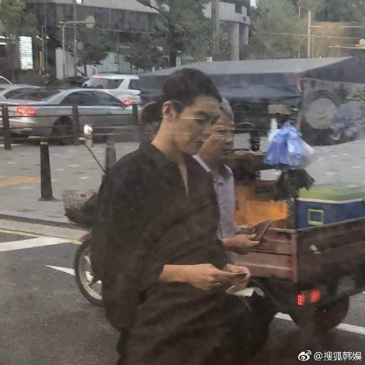 Sau 1 năm chiến đấu với bệnh ung thư, Kim Woo Bin cuối cùng đã lộ diện với thân hình gầy gò đáng xót xa - Ảnh 3.