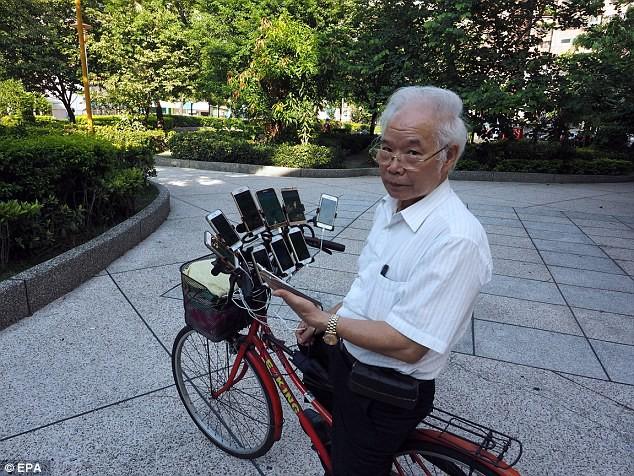 Cụ già Đài Loan 70 tuổi độ dàn 11 smartphone gắn xe đạp, 4h sáng vẫn ra công viên chơi game bắt thú - Ảnh 1.