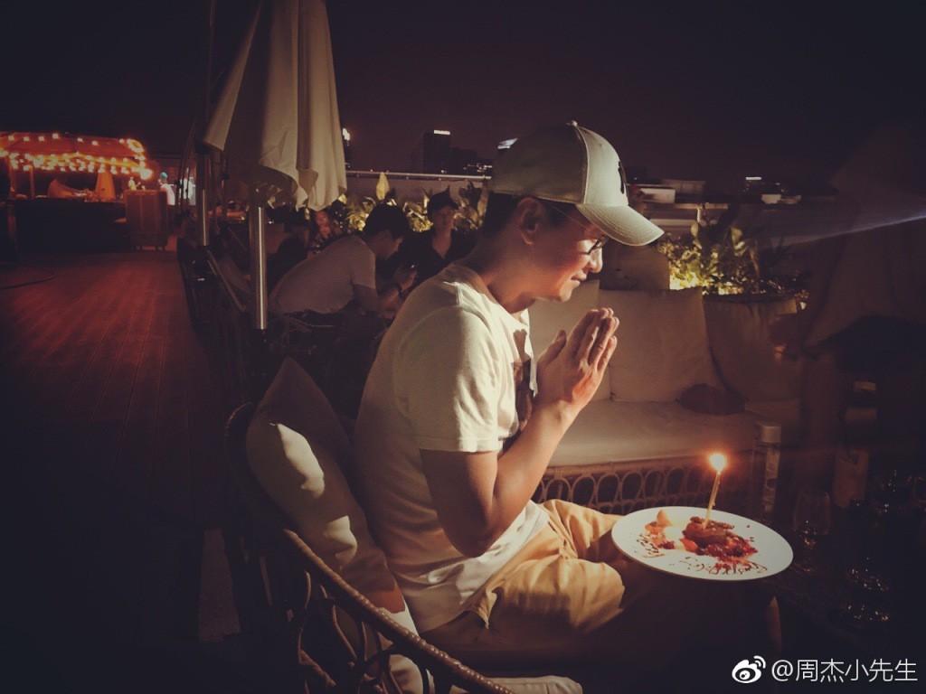 Sự nghiệp xuống dốc, Nhĩ Khang Châu Kiệt đón sinh nhật 1 mình không có đồng nghiệp chúc mừng? - Ảnh 4.