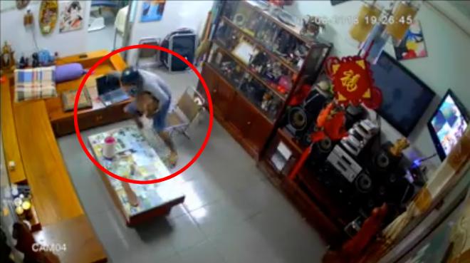 Chờ chủ nhà sơ ý, kẻ gian đột nhập cuỗm luôn laptop trong vài giây ngắn ngủi - Ảnh 2.