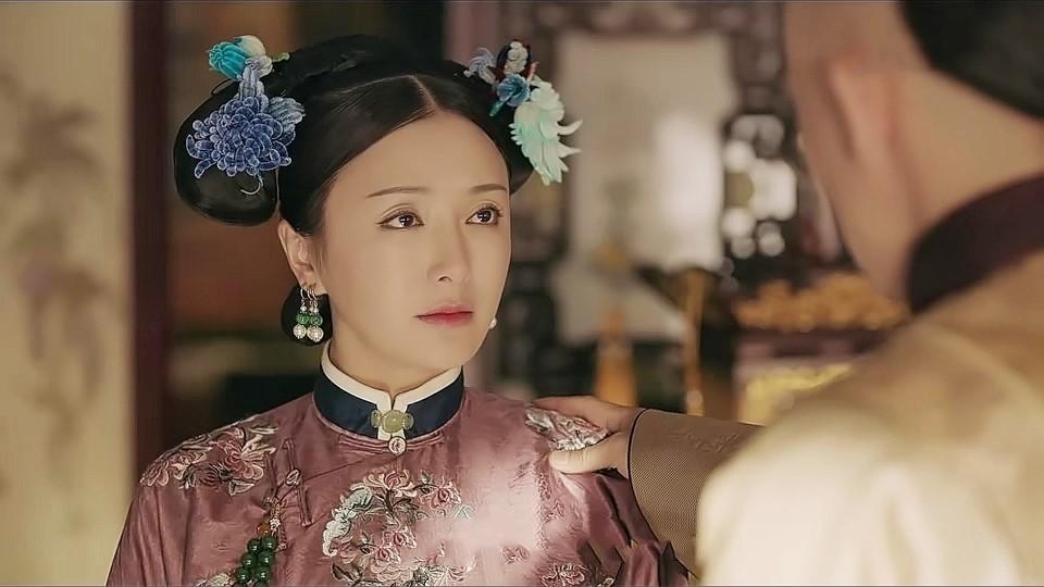 Xuất hiện ở sân bay, Hoàng hậu Tần Lam bị soi nhan sắc đời thường không lung linh như phim - Ảnh 1.