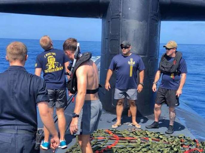 Choáng ngợp cảnh thủy thủ Mỹ bơi cạnh tàu ngầm hạt nhân - Ảnh 2.