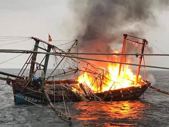 Tàu cá 4 tỷ bốc cháy, 7 ngư dân nhảy xuống biển trong đêm - Ảnh 1.