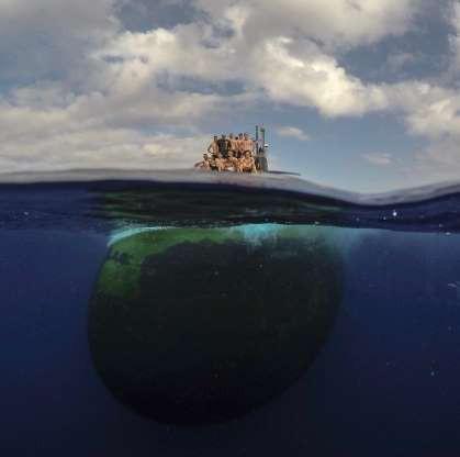 Choáng ngợp cảnh thủy thủ Mỹ bơi cạnh tàu ngầm hạt nhân - Ảnh 3.