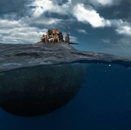 Choáng ngợp cảnh thủy thủ Mỹ bơi cạnh tàu ngầm hạt nhân - Ảnh 4.