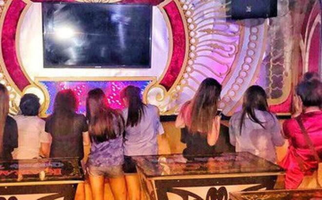 Nhiều tiếp viên nữ ăn mặc mát mẻ phục vụ khách VIP trong quán karaoke ở Sài Gòn - Ảnh 1.