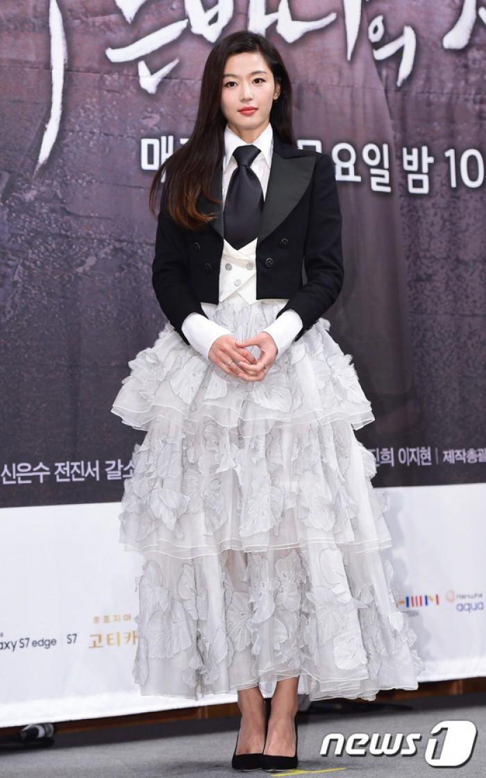 """Chỉ có thể là Jeon Ji Hyun, Sulli và Lisa (Black Pink): Thần thái """"thách thức"""" cả style vừa khó mặc lại lòe loẹt - Ảnh 2."""