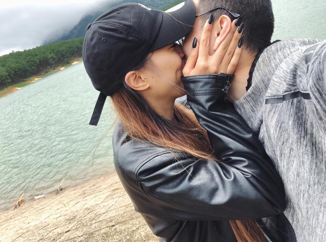 Bạn gái Huỳnh Anh lần đầu đăng ảnh hôn môi ngọt ngào trong chuyến phượt Đà Lạt bằng mô tô - Ảnh 1.