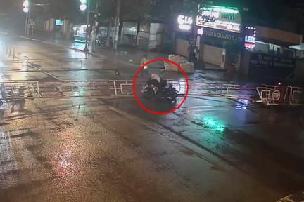 Đồng Nai: Thanh niên chạy xe máy tốc độ cao đâm tung rào chắn đường tàu hỏa - Ảnh 2.