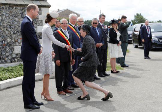 Thủ tướng Anh khom mình bắt tay các thành viên Hoàng tộc: Người không hiểu chuyện thì cười cợt, số khác lại thán phục lễ nghi của bà May - Ảnh 3.