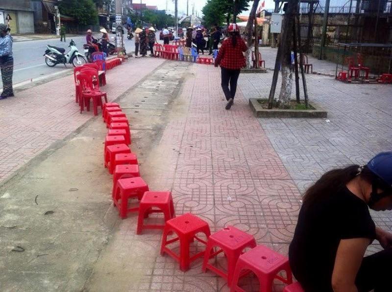 Người dân Hà Tĩnh đặt gạch, ghi tên lên ghế chờ mua vé xem bóng chuyền VTV Cup - Ảnh 1.