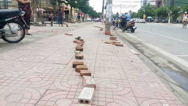 Người dân Hà Tĩnh đặt gạch, ghi tên lên ghế chờ mua vé xem bóng chuyền VTV Cup - Ảnh 4.