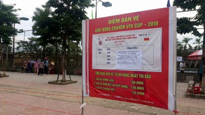 Người dân Hà Tĩnh đặt gạch, ghi tên lên ghế chờ mua vé xem bóng chuyền VTV Cup - Ảnh 3.