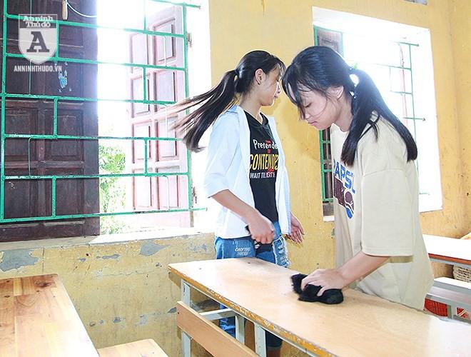 Thầy trò vùng ngập Chương Mỹ hối hả dọn dẹp trường lớp chuẩn bị đón năm học mới - Ảnh 3.
