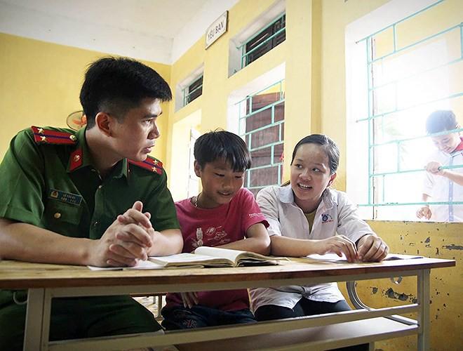 Thầy trò vùng ngập Chương Mỹ hối hả dọn dẹp trường lớp chuẩn bị đón năm học mới - Ảnh 14.