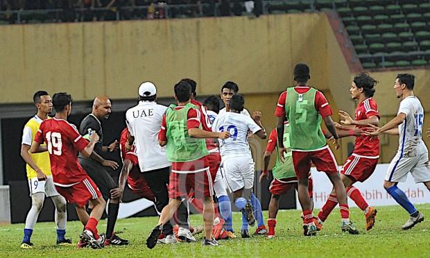 Chấn động trước thềm ASIAD: Olympic Malaysia hỗn chiến với Olympic UAE trong trận cầu xấu xí - Ảnh 2.