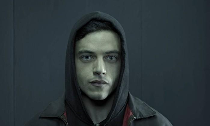 """Khuôn mặt trắng nhợt (do dán mắt vào máy tính quá nhiều), vẻ thẫn thờ và mệt mỏi là dấu hiệu nhận ra Rami Malek trong """"Mr. Robot""""."""